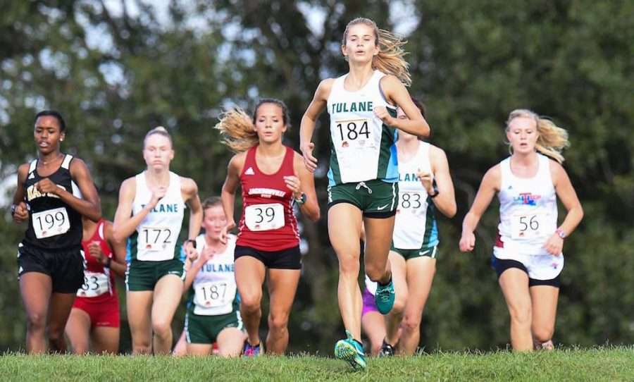 Sophomore+runner+Mckenzie+Hutchinson+moves+ahead+of+the+crowd+as+she+runs+the+woman%27s+6k.+Both+cross+country+teams+will+be+heading+to+the+American+Athletic+Conference+on+Octo.+29%2C+where+they+will+compete+against+the+11+other+teams+in+the+AAC.
