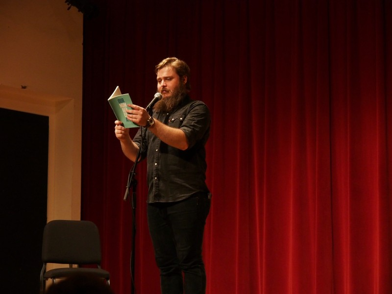Neil+Hilborn+reads+his+poetry+for+the+Tulane+audience.+The+event+was+sponsored+by+NAMI-on-campus.