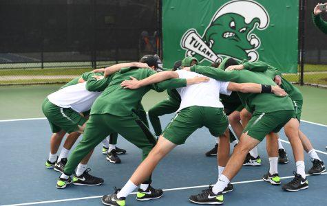Tulane's men's tennis team huddles during ITA Kickoff tournament.