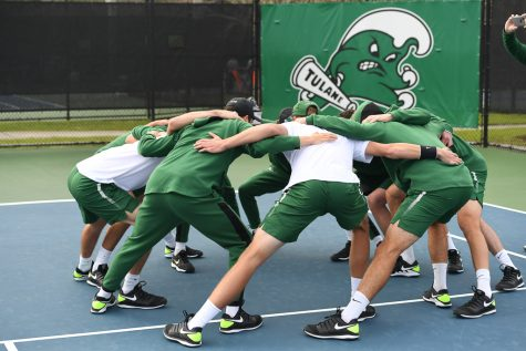 Tulane's men's tennis team huddles during ITA Kickoff tournament.