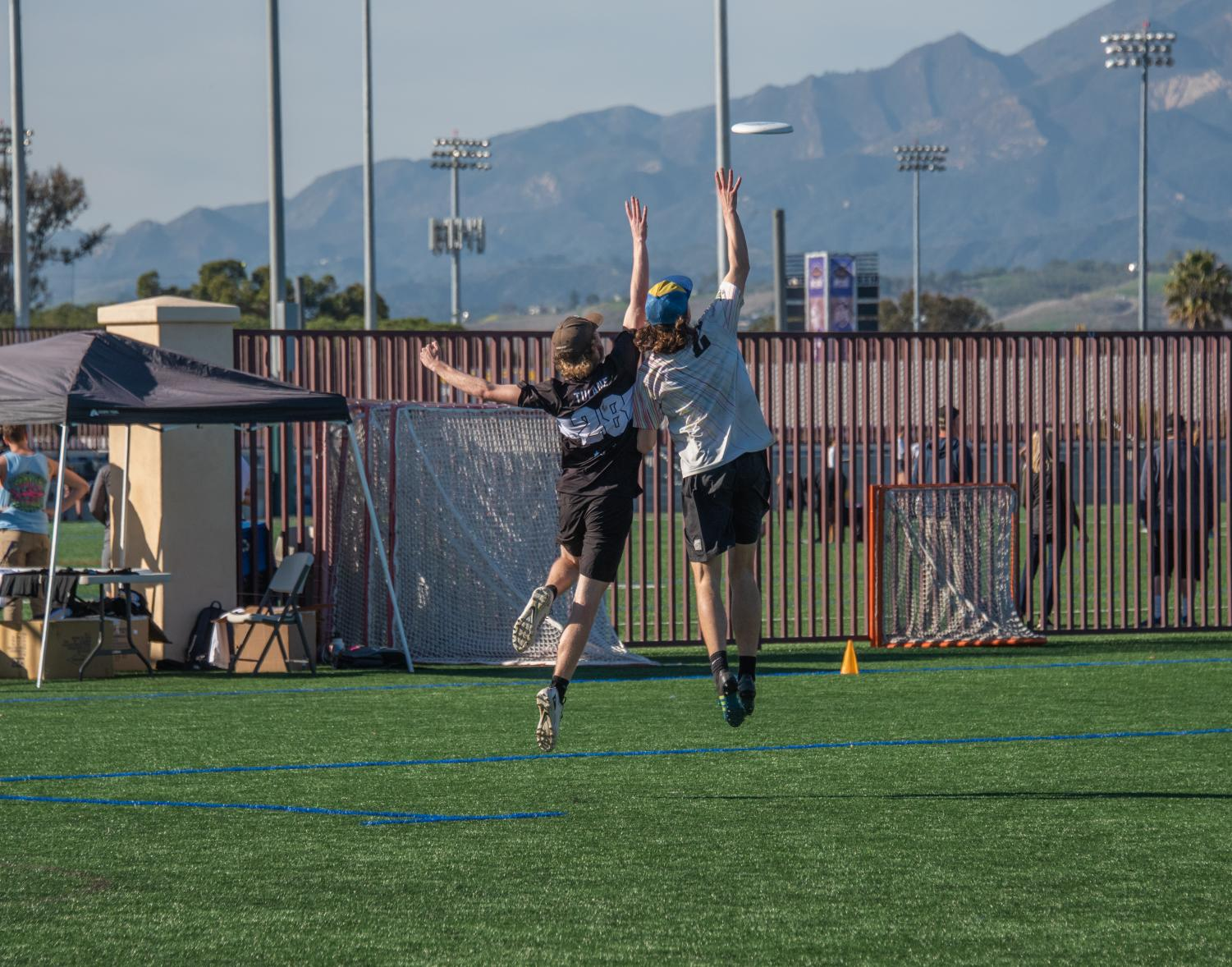 Two players jump for the disc.